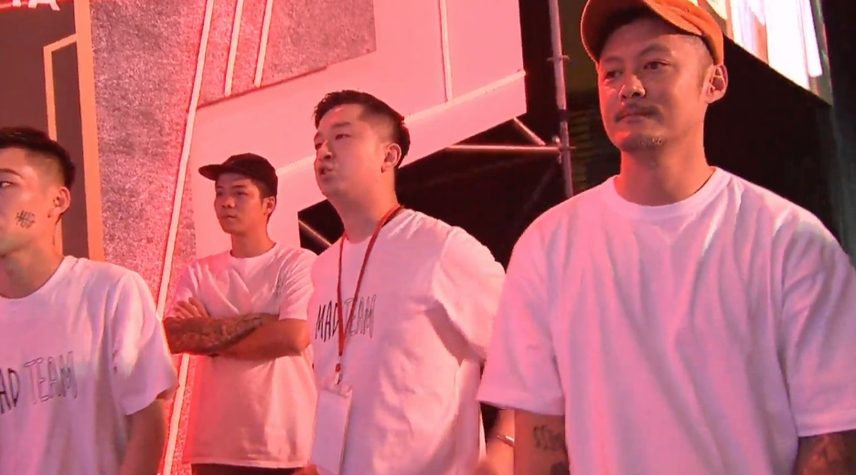 余文樂在場邊為隊員歡呼。圖/摘自YouTube