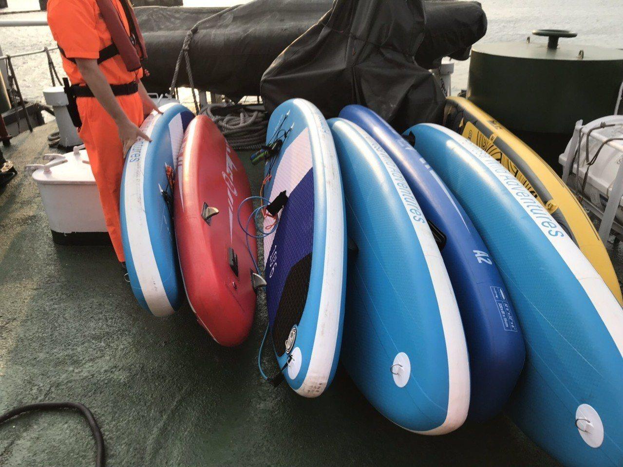 10人剛好看到正在執勤經過的海關巡緝艇海恩號經過,大家揮手求救,巡緝艇救起10人...