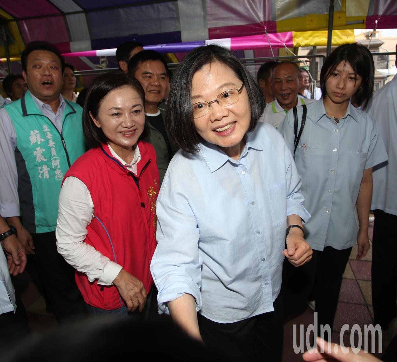 蔡英文總統今天傍晚到東港參加黑鮪魚季踩街活動,並上街與沿途民眾揮手致意。記者劉學...