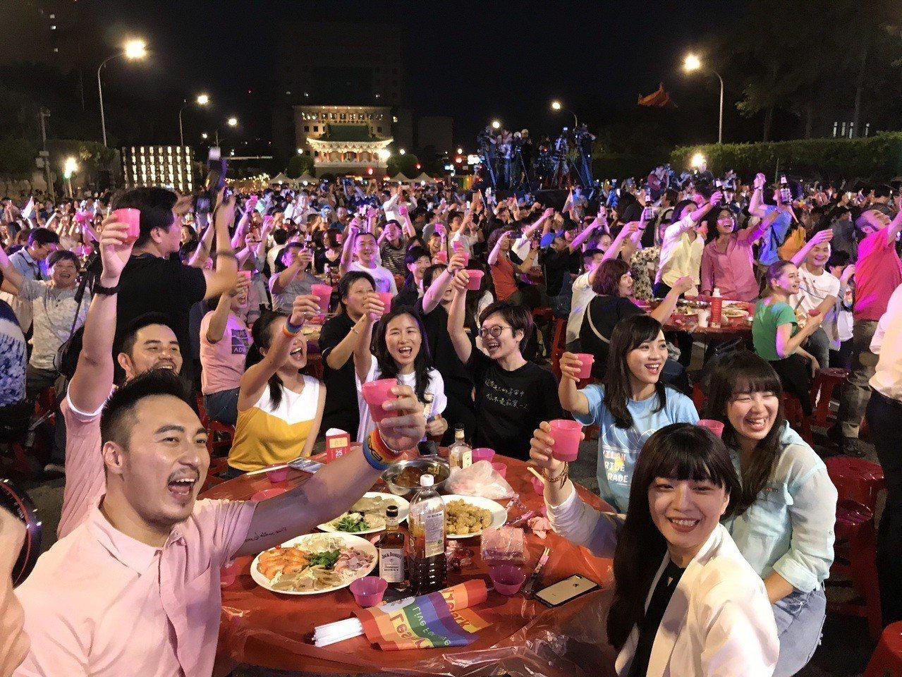 同婚宴今晚在凱道席開160桌,逾千人一起舉杯歡慶同婚合法化。記者葉冠妤/攝影