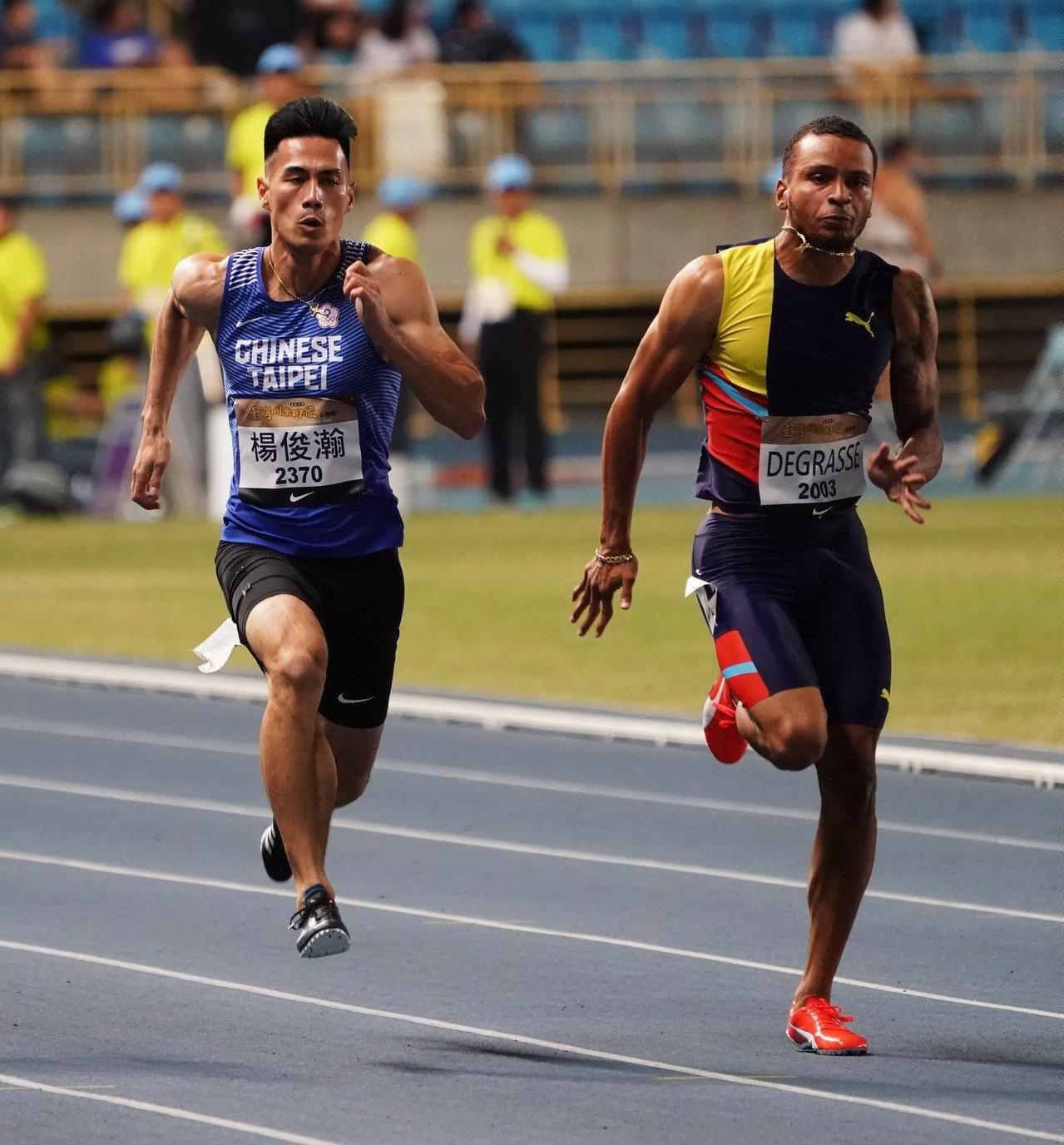 楊俊瀚(左)以10秒23不敵迪葛雷斯(右)的10秒11屈居銀牌。圖/中華田徑協會...