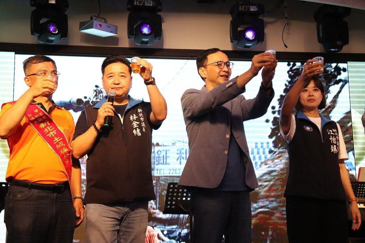 新北市土城福林宮金蘭會慶祝成立7週年,特地舉辦餐敘邀請台灣各地成員相聚,新北市前...