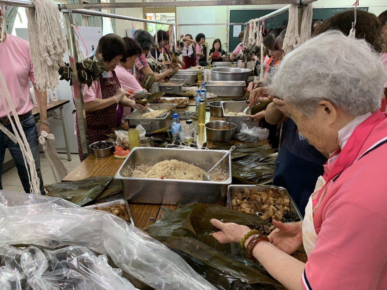 挑戰一日包完9000顆粽子 中埔鄉和興社區志工做到了!。記者謝恩得/ 翻攝