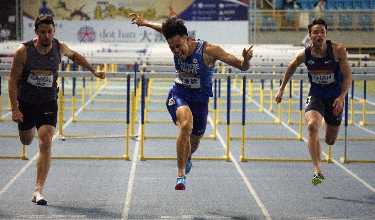 陳奎儒(中)在男子110公尺決賽以13秒34打破全國紀錄的佳績摘金。記者劉肇育/...