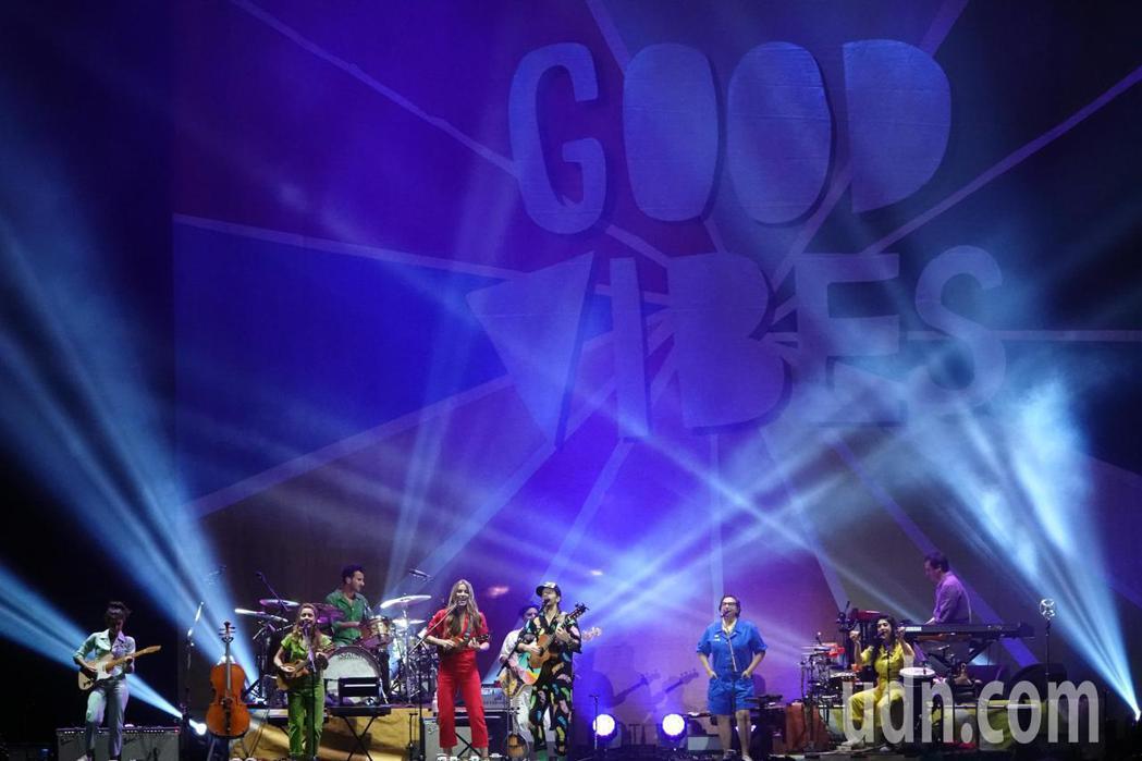傑森·瑪耶茲 (Jason Mraz)亞洲巡迴演唱會台北站晚間在台北小巨蛋舉行。...