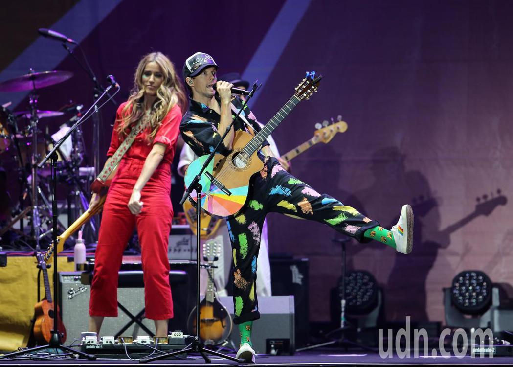 傑森·瑪耶茲(右)晚間在台北小巨蛋舉行演唱會,他背起吉他自彈自唱,帶著團隊一連演...
