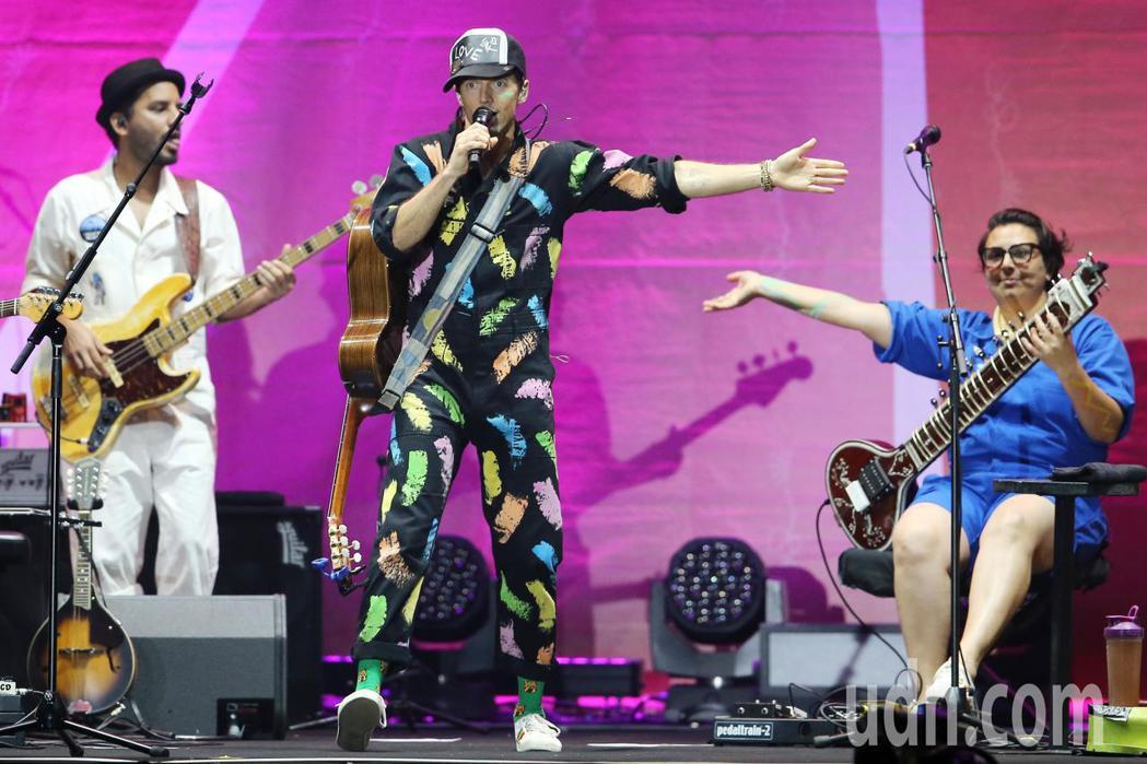 傑森·瑪耶茲(中)晚間在台北小巨蛋舉行演唱會,他背起吉他自彈自唱,帶著團隊一連演