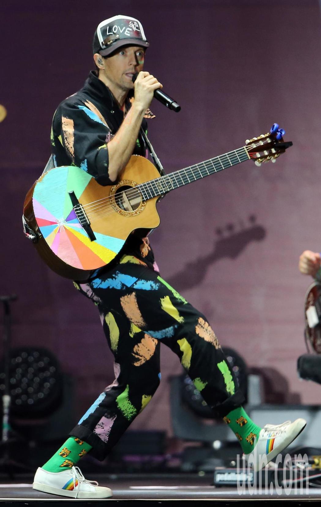 傑森·瑪耶茲(圖)晚間在台北小巨蛋舉行演唱會,他背起吉他自彈自唱,帶著團隊一連演...