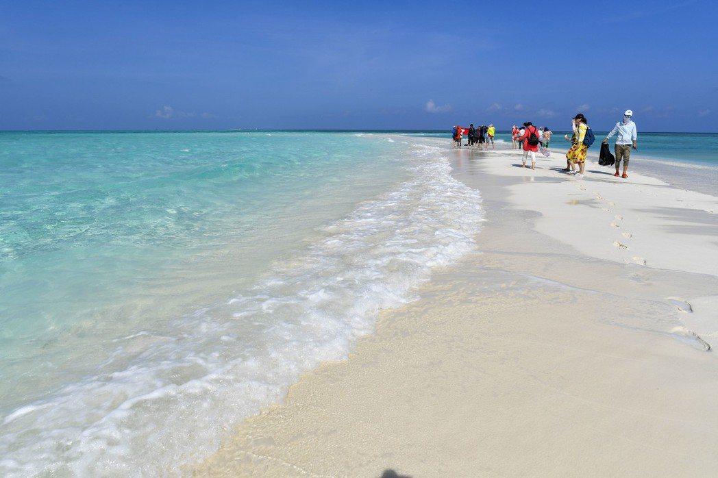 西沙群島永樂群島中的全富島,全島都被細軟的細沙覆蓋,水清沙白,在太陽的照射下化身...