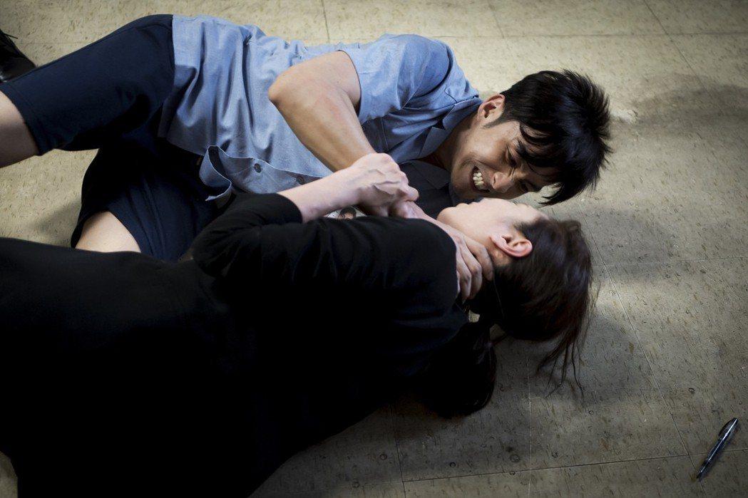 張雁名飾演隨機殺人犯,在劇中攻擊天心。圖/華視提供