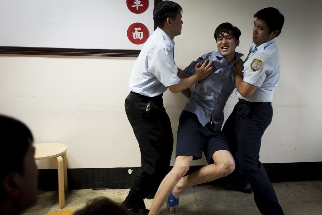 張雁名飾演隨機殺人犯法庭上失控。圖/華視提供