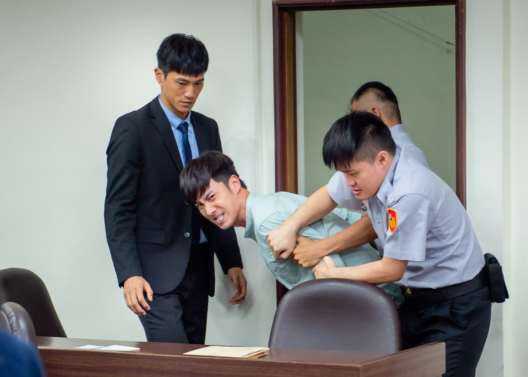 張雁名飾演隨機殺人犯,在法庭上失控。圖/華視提供