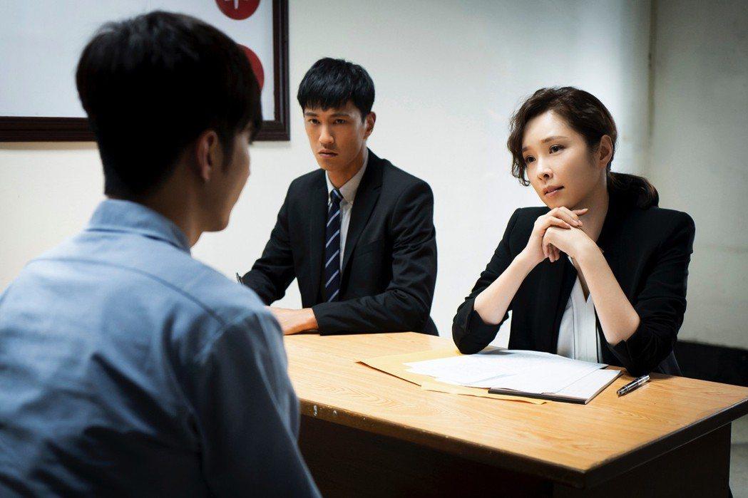 天心(右)、鍾承翰在戲中為殺人犯擔任辯護律師。圖/華視提供