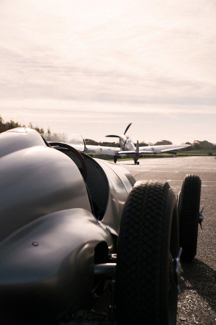 影片中賽車彷彿要與銀翼噴火戰鬥機競速狂飆。圖/萬國表提供