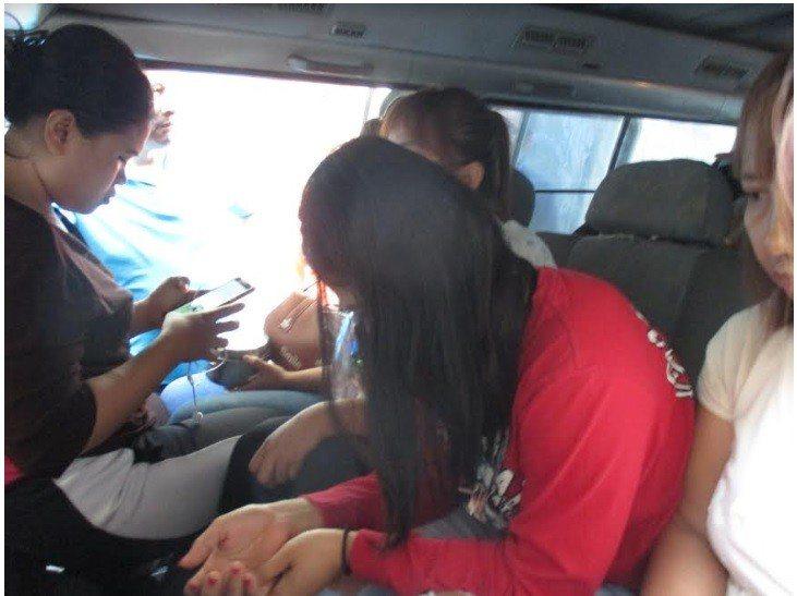 一輛九人座廂型車內竟塞滿了12名印尼籍逃逸女子。記者林佩均/翻攝