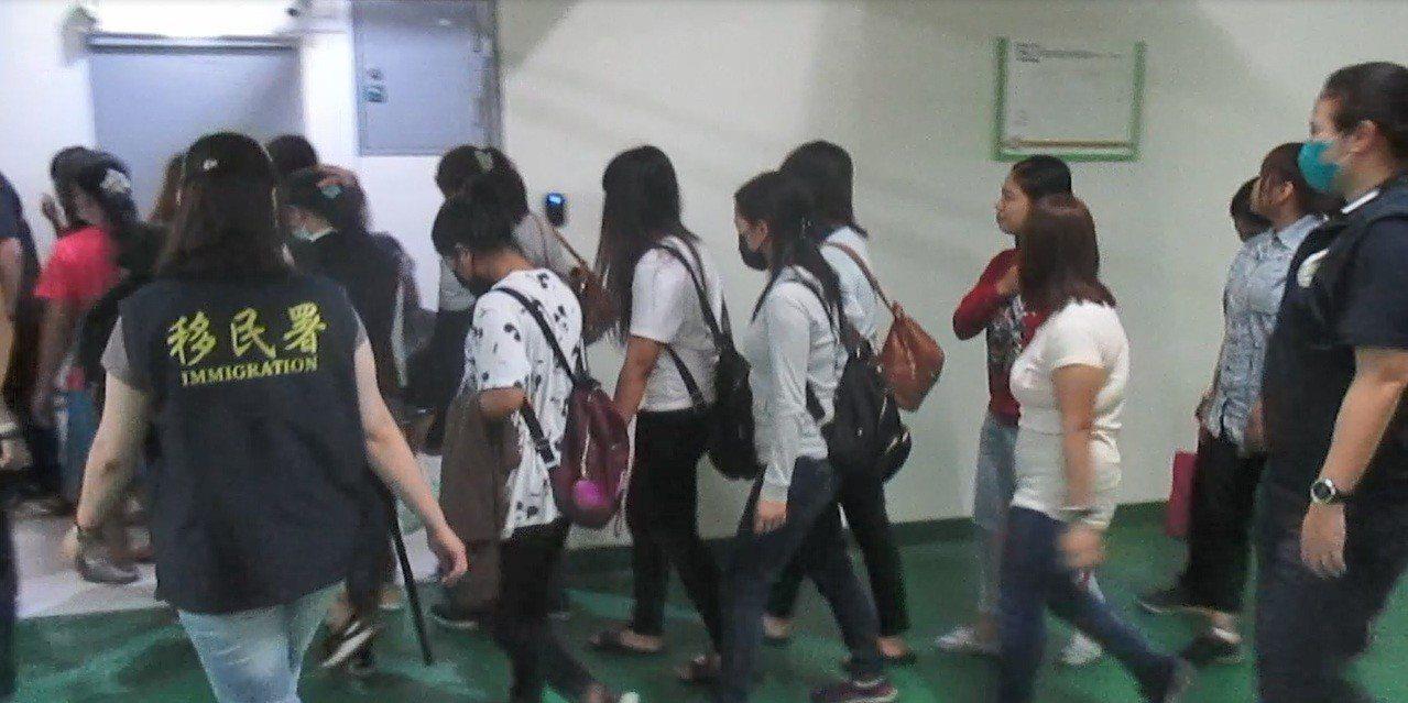 移民署台中專勤隊接獲線報,在台中市豐原區一處民宅查獲18名印尼籍逾期女子。記者林...