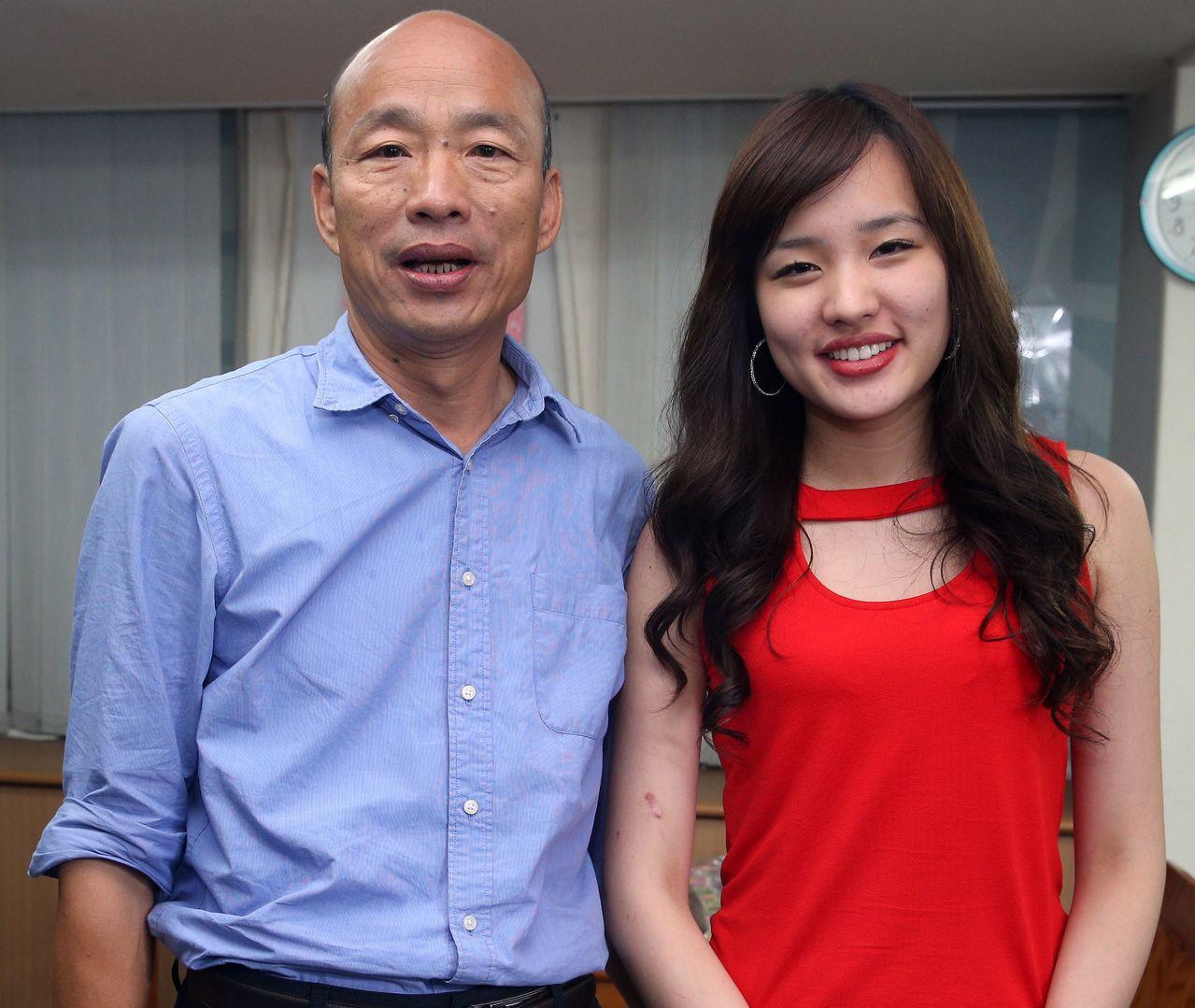 網傳有人要抹黑女兒韓冰(右)不是太太李佳芬親生,高雄市長韓國瑜今天怒斥這「黑」得...