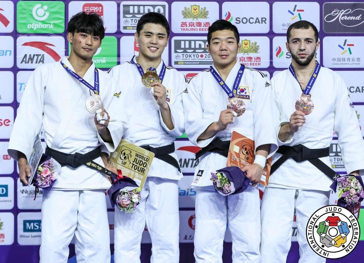 楊勇緯(左)在2019世界柔道大獎賽呼和浩特站摘銀。圖/楊勇緯提供