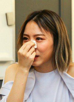韓睿邊哭邊秀出手上和奶奶有關的刺青。記者陳柏亨/攝影