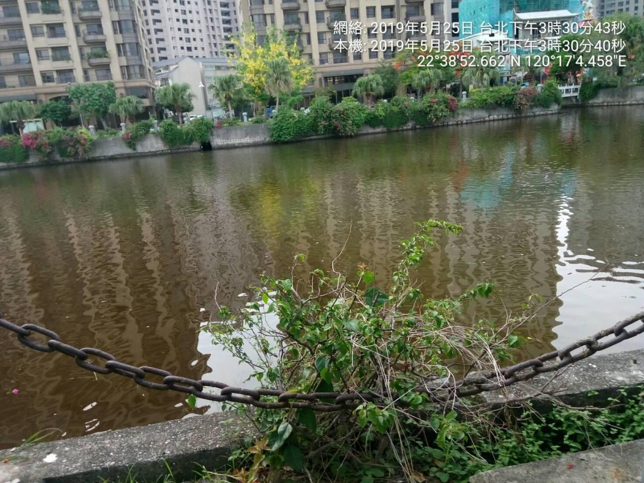 位在高雄市三民區同盟三路高雄中都濕地公園最近有民眾發現,水質變得黑又濁。記者謝梅...
