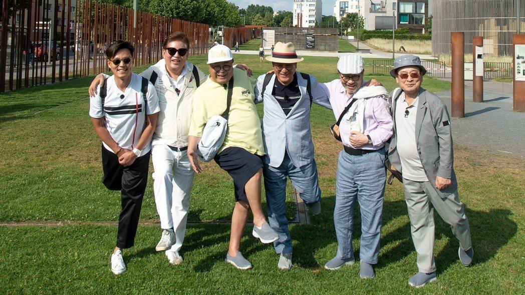 李瑞鎮(左)擔任「花漾爺爺」節目挑伕遊東歐。圖/東森提供