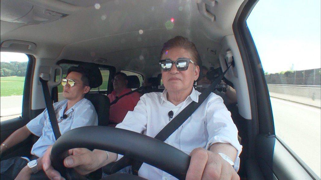 金容建(右)加入「花漾爺爺」擔任助手。圖/東森提供