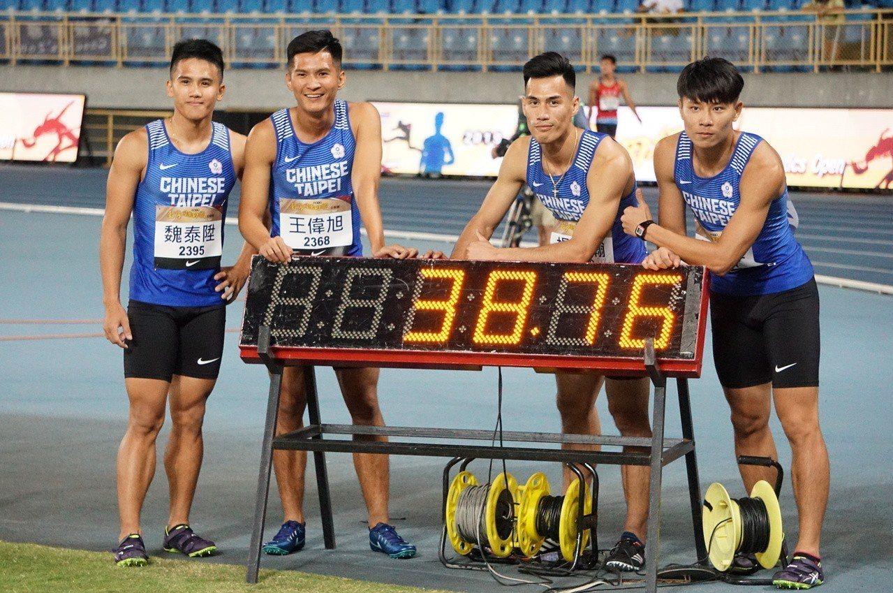 中華隊在400公尺接力預賽跑出38秒76的新全國紀錄。記者劉肇育/攝影