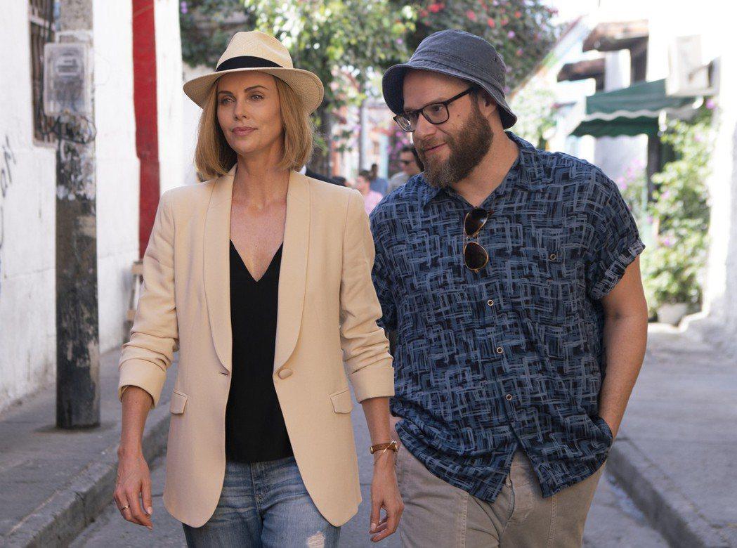 莎莉賽隆與塞斯羅根在《選情尬翻天》裡飾演背景有天壤之別的男女主角,微服約會。圖/...