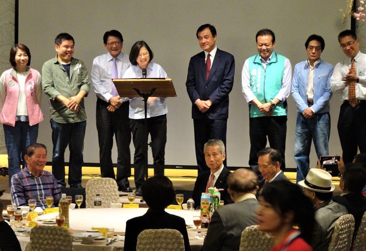 蔡英文總今晚出席屏東縣同鄉會員大會餐會,她打出政績牌,強調自己是認真、勤快的總統...