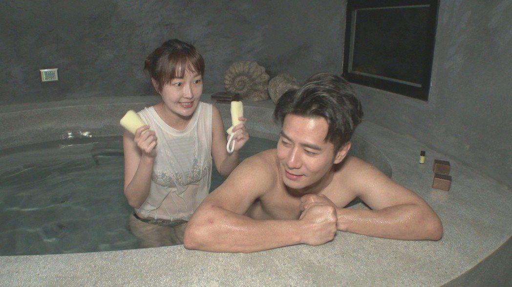 巴鈺幫郭彥均搓澡。圖╱中天提供