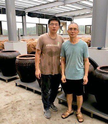 陳宏昌(右)訓練兒子成為第五代傳人。 陳源和╱提供