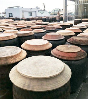 每一甕醬缸,大約有100公斤原汁。 陳源和╱提供