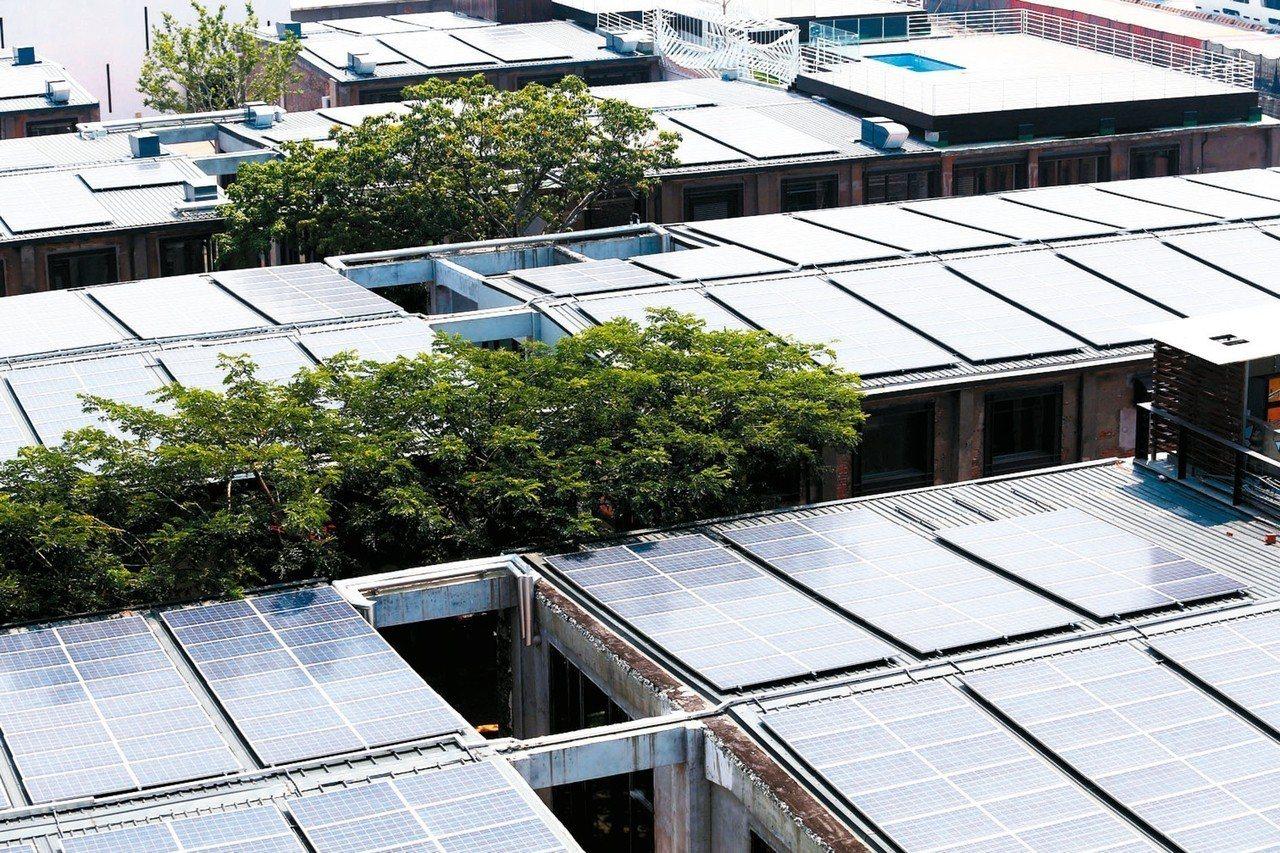 除住宅型外,產業、學校、商場等綠能屋頂進度超前5年;圖為高雄駁二大義倉庫綠能屋頂...