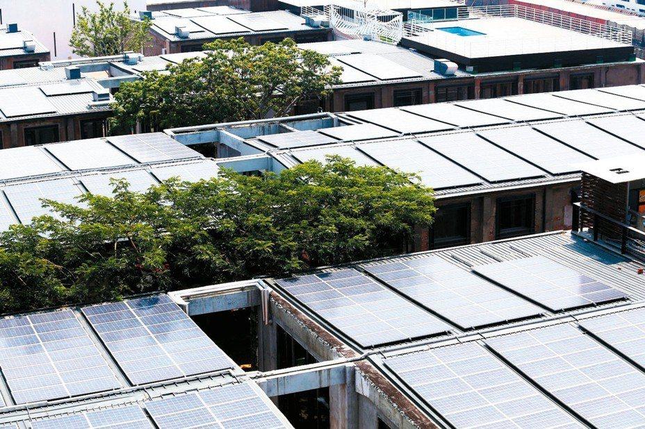 除住宅型外,產業、學校、商場等綠能屋頂進度超前5年;圖為高雄駁二大義倉庫綠能屋頂。圖/聯合報系資料照片