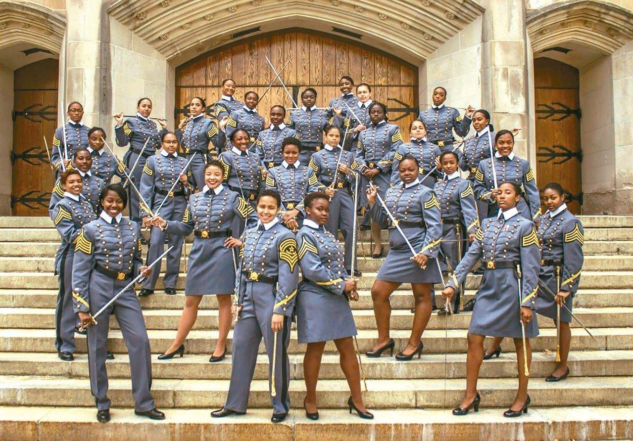 西點軍校今年卅四位非裔女性應屆畢業生合影留念。 (法新社)