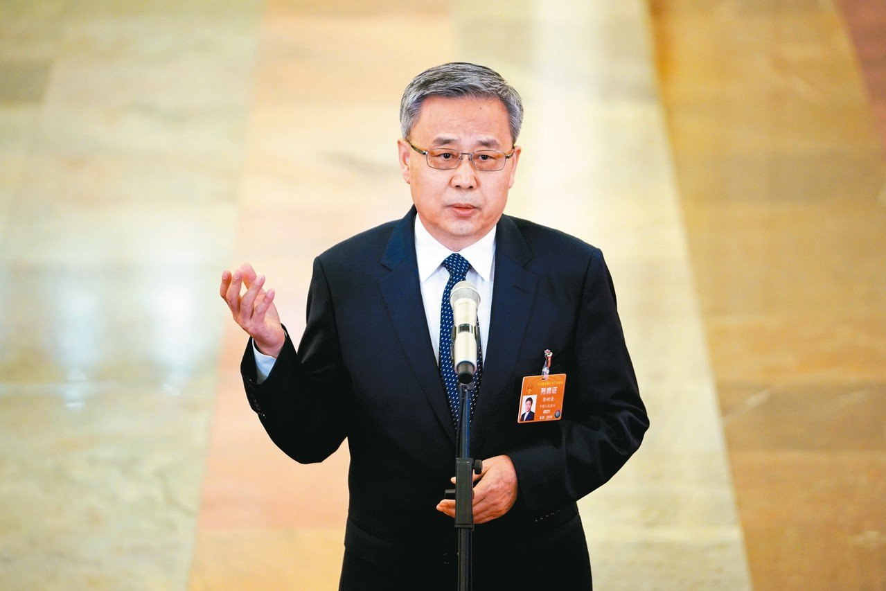 大陸銀保監會主席郭樹清表示,人民幣不可能持續貶值。圖為郭樹清三月在兩會「部長通道...