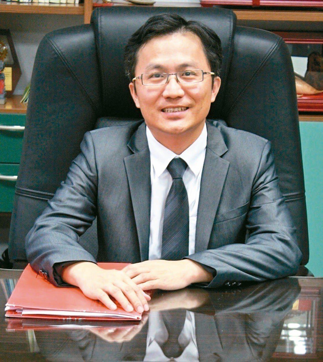 和平高中校長陳智源是北一女七十四年來首位男校長。 圖/台北市教育局提供