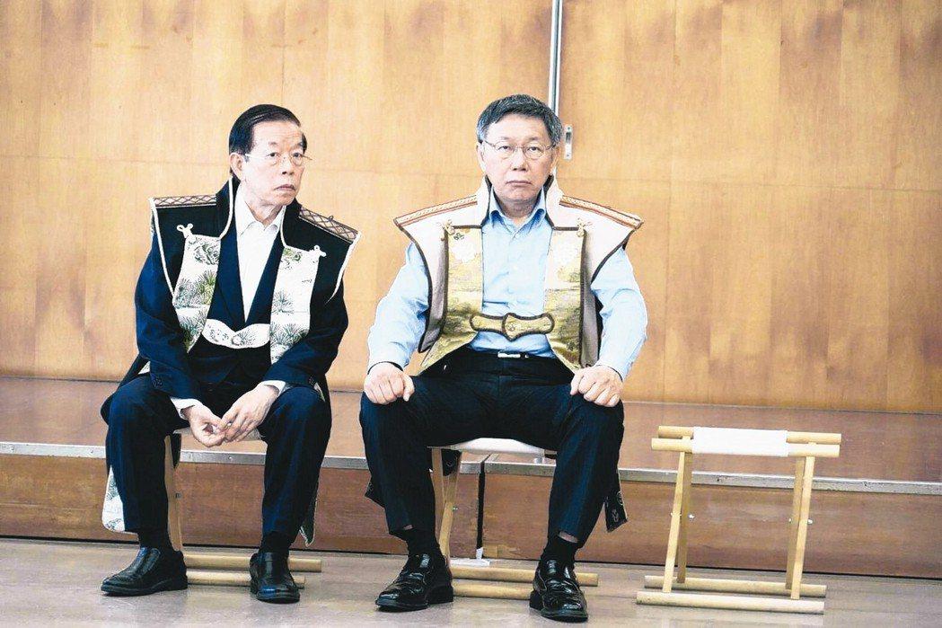 台北市長柯文哲(右)是否參選明年總統大選,各方關注。圖為柯文哲昨天拜會南相馬市役...
