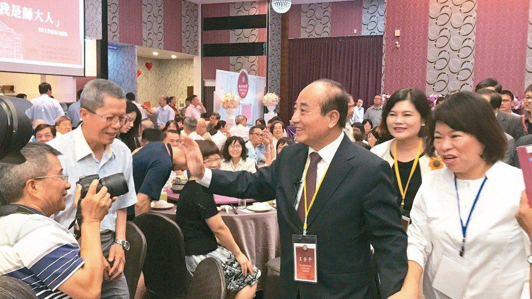 立委王金平(中)昨天到嘉義市參加台師大雲嘉大匯聚餐會,「我是師大人,我驕傲」。 ...