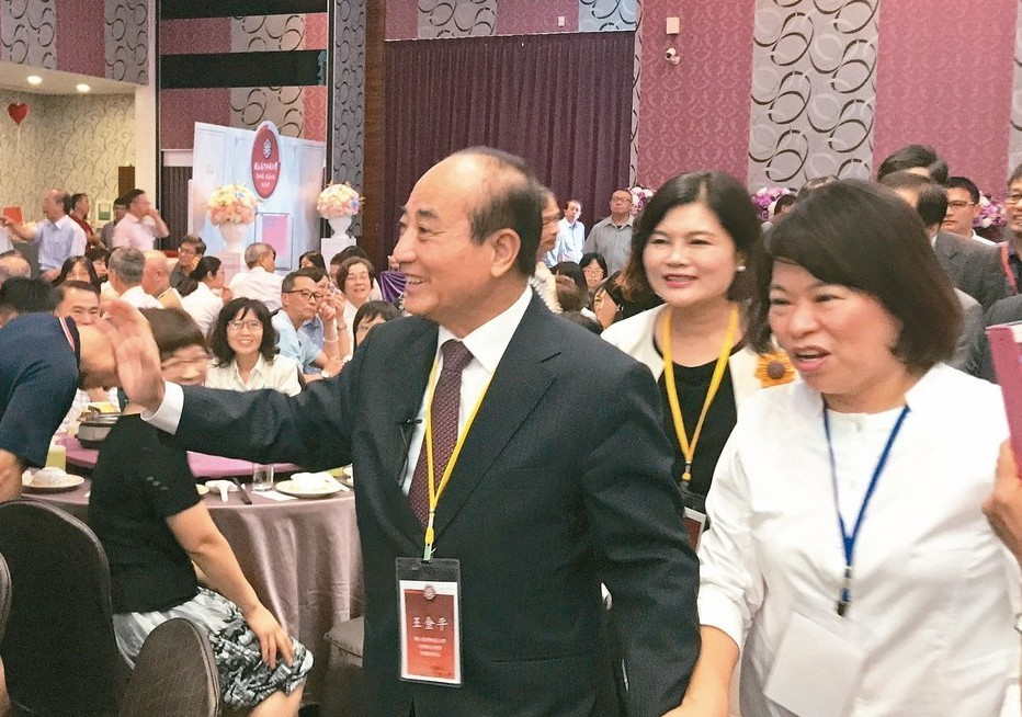 立委王金平(中)昨天到嘉義市參加台師大雲嘉大匯聚餐會。 記者姜宜菁/攝影