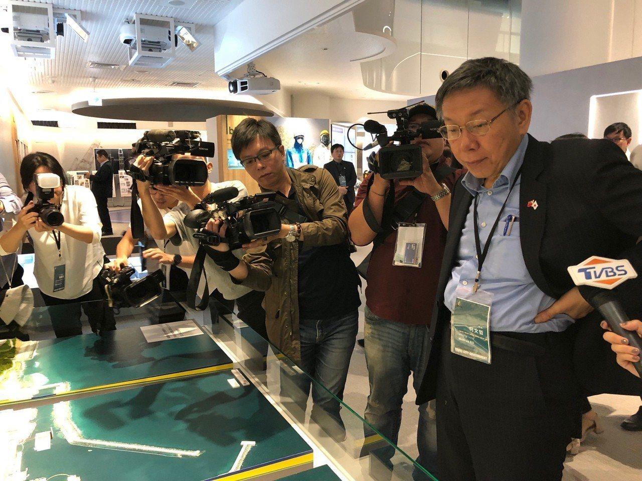 台北市長柯文哲(右)訪日第三天,昨搭車從東京前往福島縣的南相馬市,還參觀東京電力...