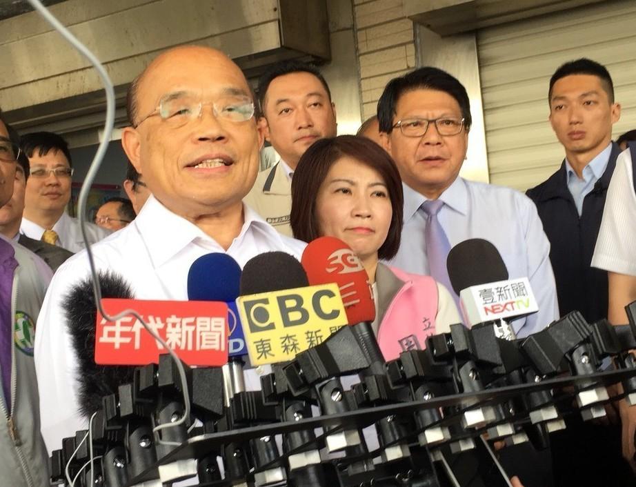 行政院長蘇貞昌(左)昨天南下屏東回應韓國瑜的「打韓說」,他說,韓國瑜不應該搞不清...