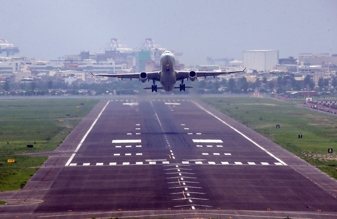 高雄小港機場宵禁問題,很難吸引歐美航空公司進駐。圖/聯合報系資料照片