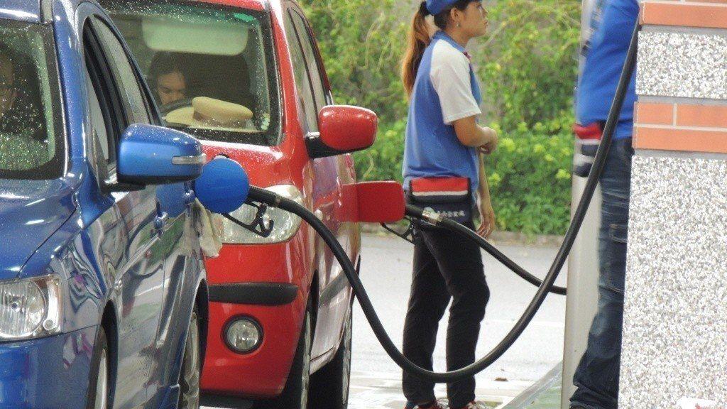 台灣中油公司自27日凌晨零時起調降各式汽油價格每公升0.1元,柴油價格每公升0....