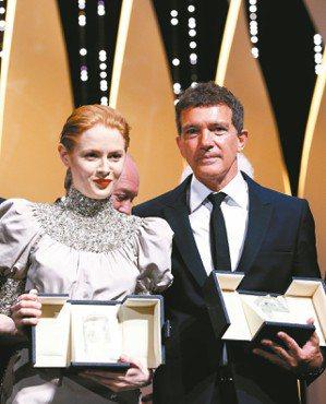 英國女星艾蜜莉碧崔(左)因主演《小魔花》在第72屆坎城影展奪得最佳女主角獎。阿莫...