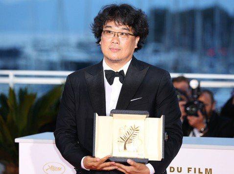 南韓導演奉俊昊執導的「寄生上流」今天在坎城影展奪得最高榮譽金棕櫚獎,確認他世界數一數二頂尖導演的地位。他不僅在南韓獲得許多獎項肯定,更是少數闖進好萊塢的亞洲導演。這是奉俊昊獲得的第一座國際大獎。他執...