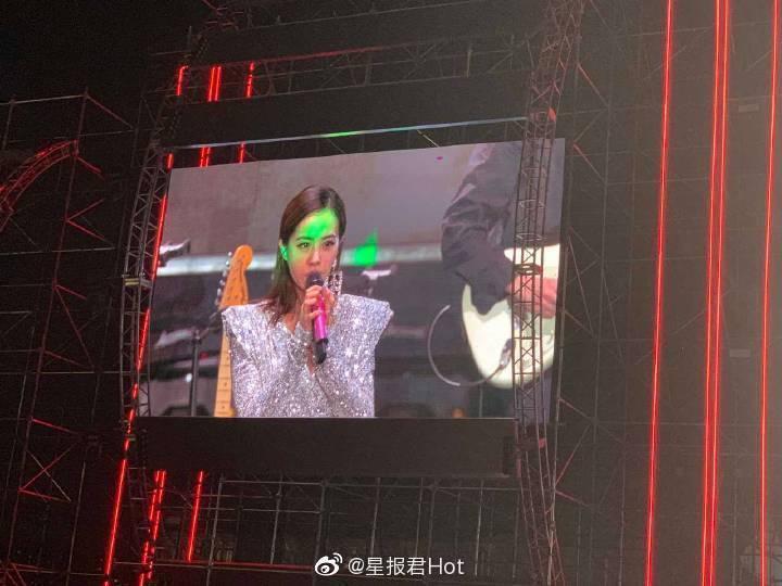 蔡依林演唱時被雷射綠光直射眼睛。 圖/擷自微博