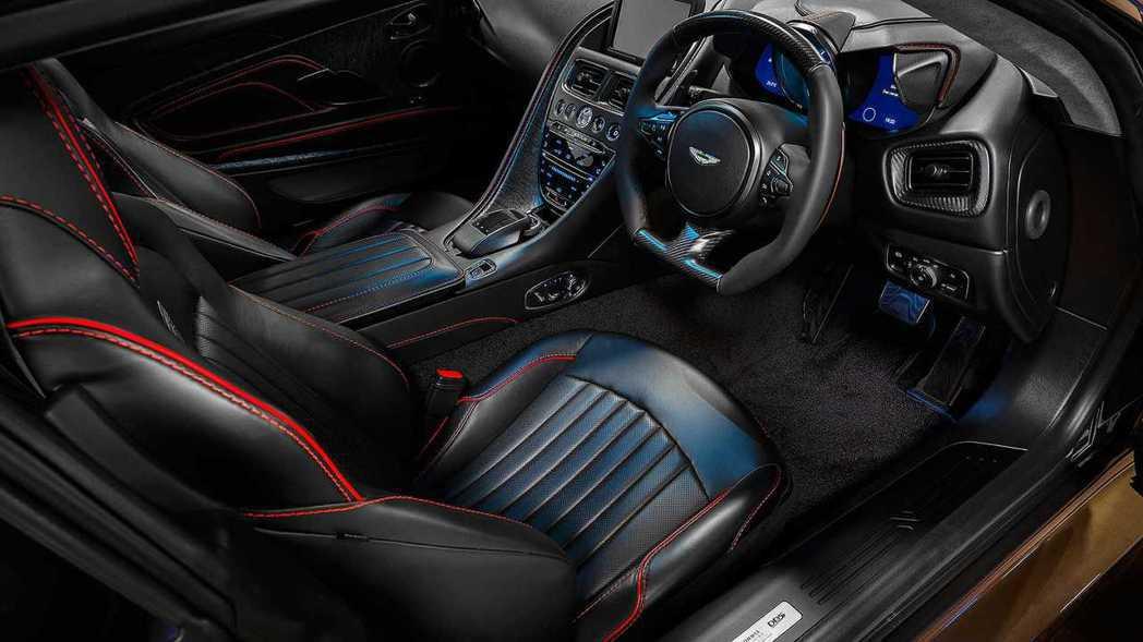 內裝採用黑色皮革搭配灰色Alcantara麂皮,呈現復古感。 摘自Aston M...