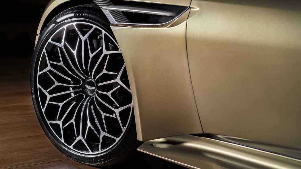 20吋的多幅鑽石切削鋁圈致敬當年DBS多幅的復古胎圈。 摘自Aston Mart...