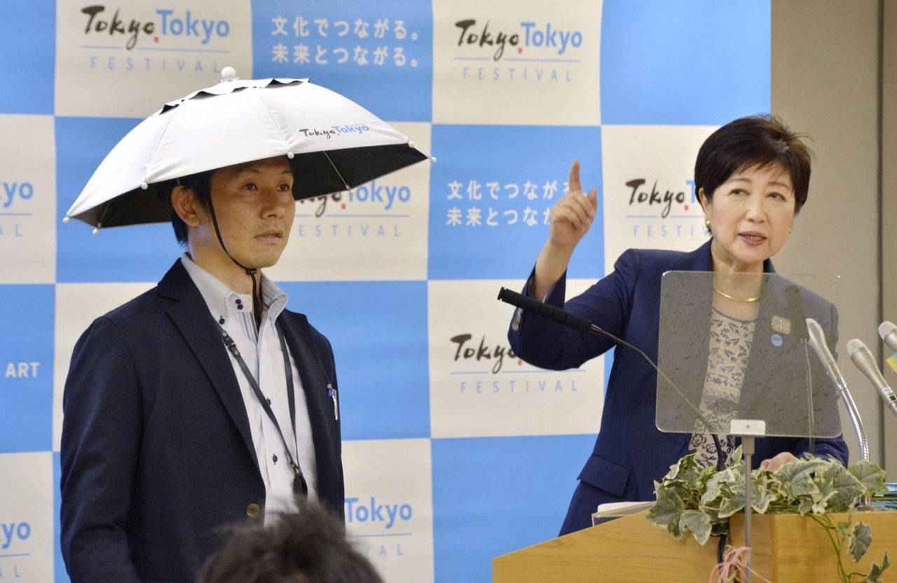 東京都知事小池百合子在現場展示斗笠傘的試製品。 圖擷自Twitter(5/24)